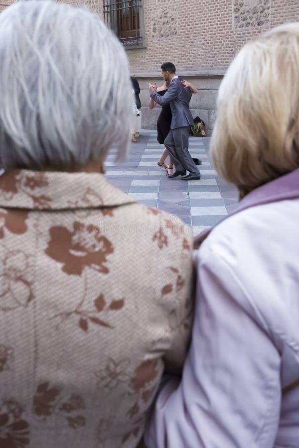 Twee bejaarden die tangodansers bekijken royalty-vrije stock afbeeldingen