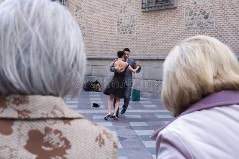Twee bejaarden die tangodansers bekijken stock afbeelding
