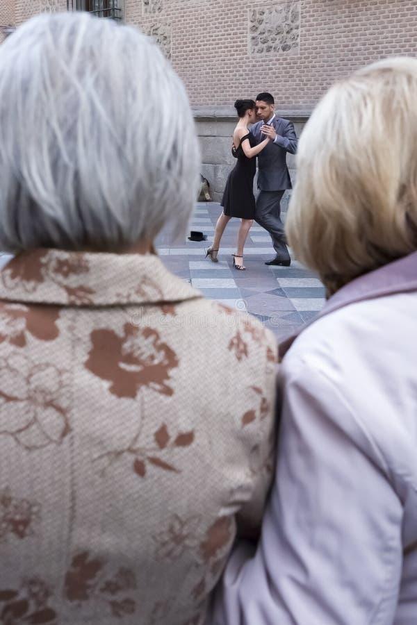 Twee bejaarden die tangodansers bekijken stock fotografie