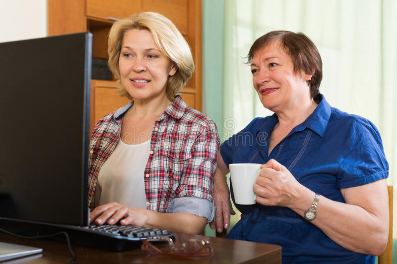 Twee bejaarden die Web doorbladeren stock foto