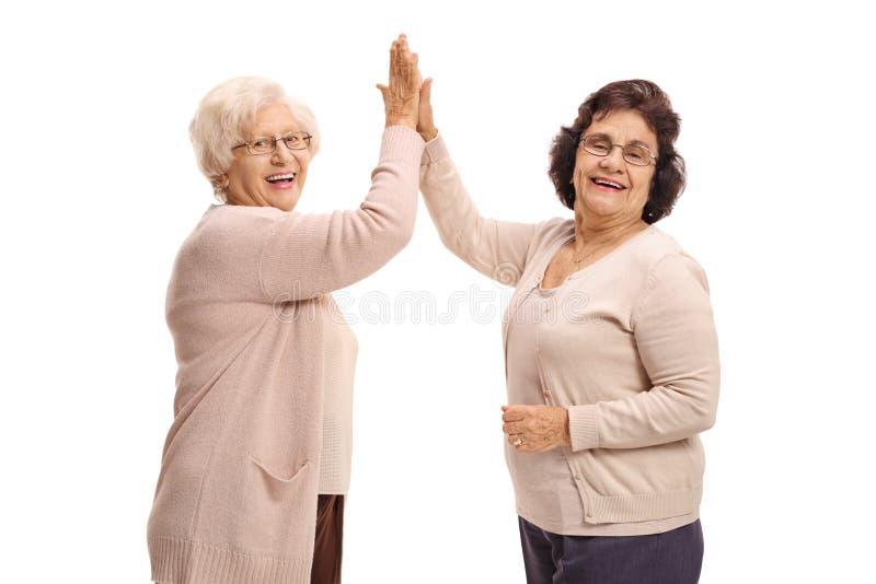 Twee bejaarden hoog-fiving elkaar stock fotografie