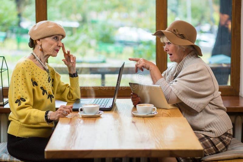 Twee bejaarden in koffie royalty-vrije stock foto