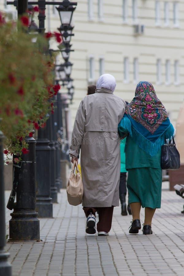 Twee bejaarden in tatar traditionele sjaal - achtermening stock fotografie
