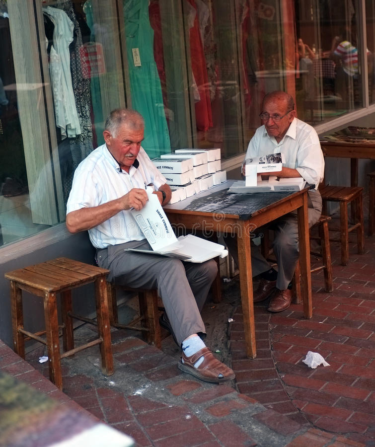 Twee bejaarden werken in openlucht stock foto
