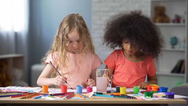 Twee beste duivels die in kleuterschool, peuteronderwijs, creativiteit schilderen stock afbeelding