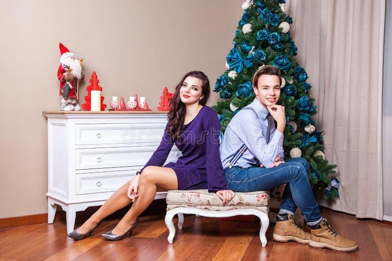 Twee beste vrienden die camera met toothy glimlach bekijken en aan Kerstmisfoto stellen royalty-vrije stock foto's