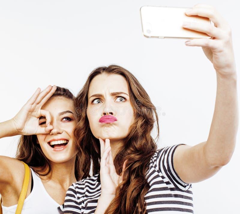 Twee beste vriendentieners die samen pret, stellen hebben emotioneel op witte achtergrond, besties het gelukkige glimlachen, het  royalty-vrije stock afbeeldingen