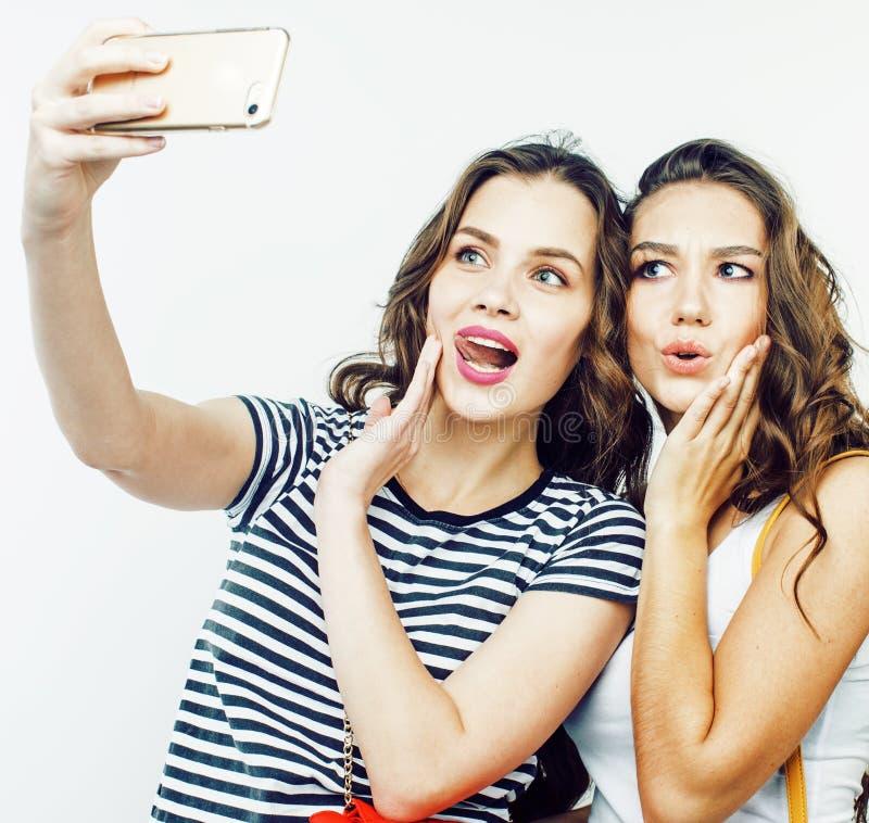 Twee beste vriendentieners die samen pret, stellen hebben emotioneel op witte achtergrond, besties het gelukkige glimlachen, het  stock afbeeldingen