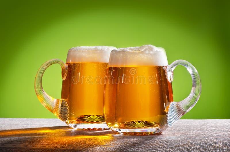 Twee bieren op de lijst royalty-vrije stock afbeelding