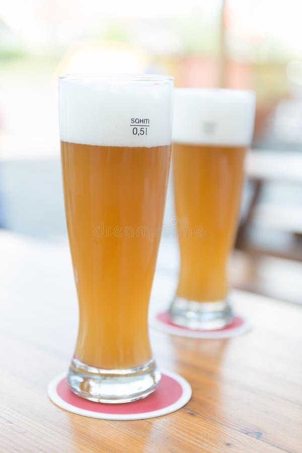 Twee bieren op lijst royalty-vrije stock foto's