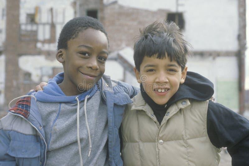 Twee binnenstadsjongens in Zuiden Bronx stock foto