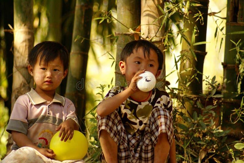 Twee Birmese kinderen met ballonnen royalty-vrije stock foto