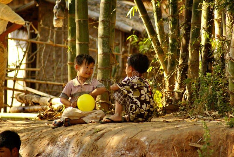 Twee Birmese kinderen met ballonnen royalty-vrije stock afbeeldingen