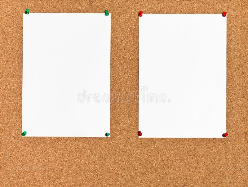 Twee bladen van document op cork raad stock foto's