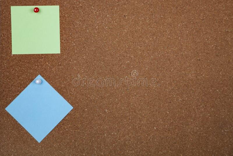 Twee bladen van document op corkboard royalty-vrije stock foto's