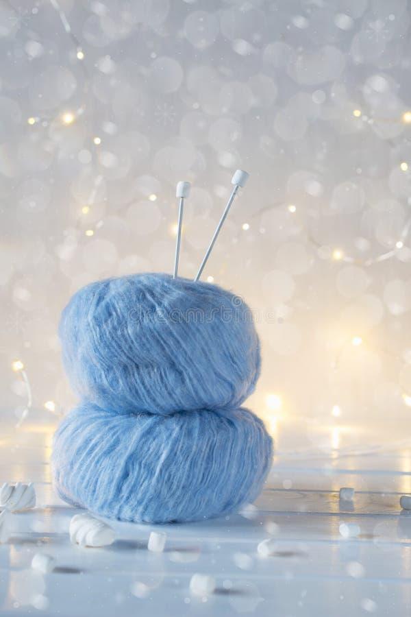 Twee blauw pluizig balgaren De achtergrond van Kerstmis stock fotografie