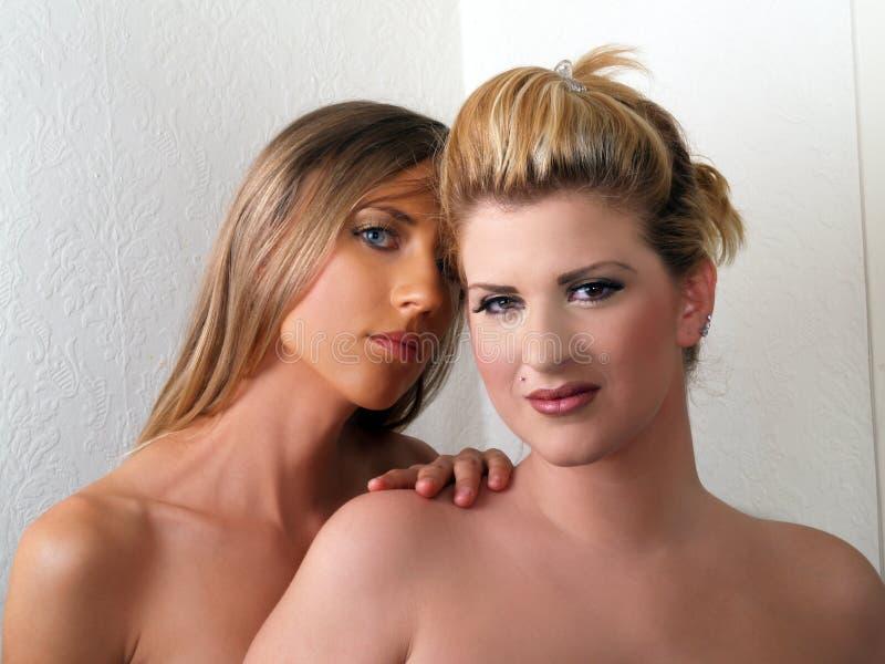 Twee Blonde Kaukasische naakte schouders van vrouwenportretten royalty-vrije stock fotografie