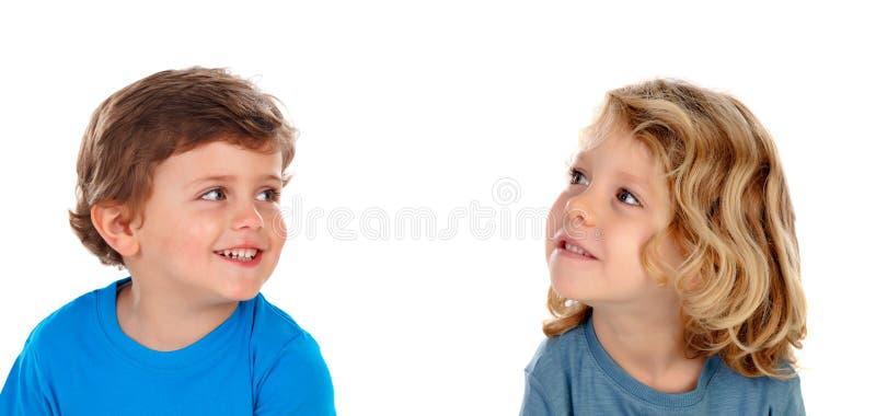 Twee blonde kinderen die omhoog kijken stock afbeelding
