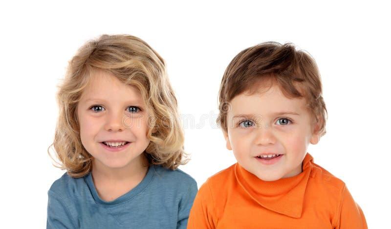 Twee blonde kinderen die omhoog kijken stock foto