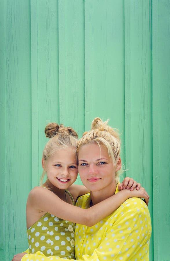 Twee blondenmamma en dochter die, het koesteren glimlachen royalty-vrije stock foto