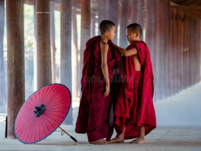 Twee boeddhistische monniksvulling royalty-vrije stock foto