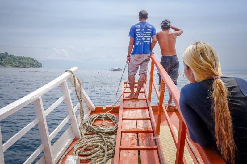 Twee bootbemanning en één van de toeristen die een Eiland in Samal, Davao del Norte, Filippijnen naderen stock afbeelding