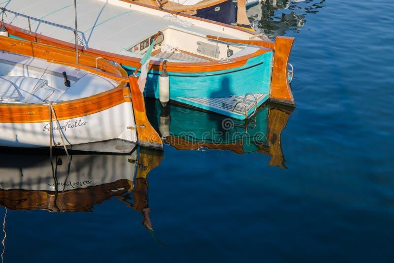 Twee boten die in het zeewater nadenken stock afbeeldingen