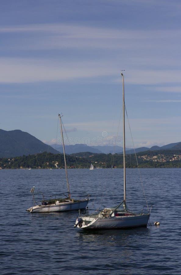 Twee boten die op het Meer Maggiore dichtbij Stresa Italië drijven royalty-vrije stock afbeelding