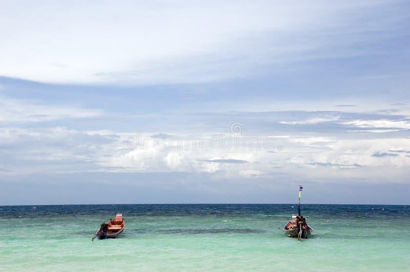 Twee boten op de oceaan royalty-vrije stock afbeeldingen