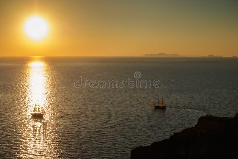 Twee boten op de overzeese oppervlakte bij zonsopgang stock afbeeldingen
