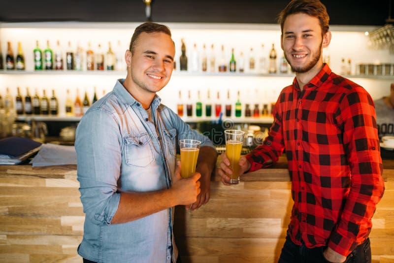 Twee bowlingspelers drinkt sap bij de bar van de kegelenclub stock fotografie