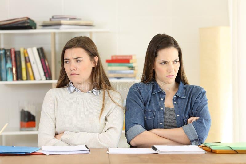 Twee boze studenten thuis stock afbeeldingen