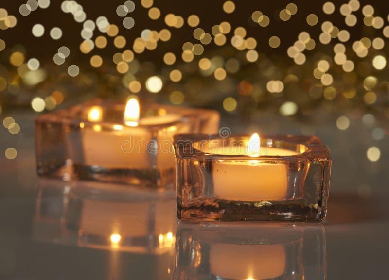 Twee brandende kaarsen royalty-vrije stock afbeeldingen