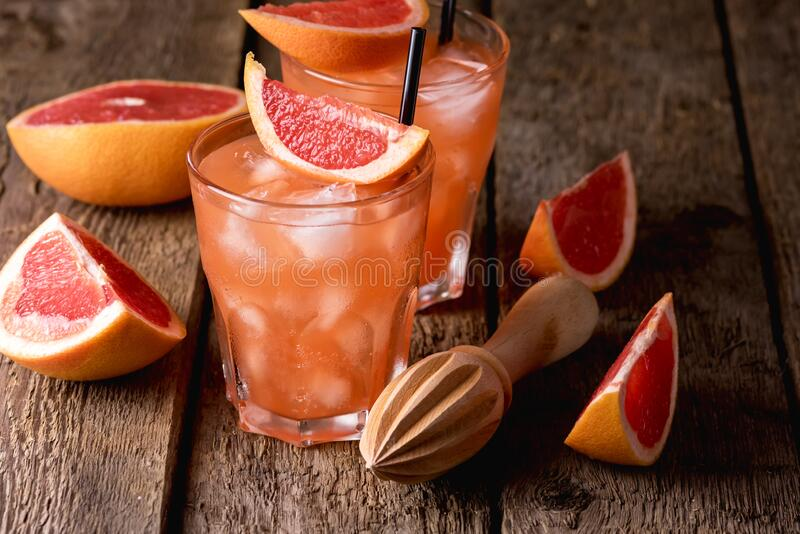 Twee bril van de koude drank of de kool van de vruchtenmoes op de achtergrond van Wooden Refreshment Beverage Cold Grapefruit-vru stock foto's