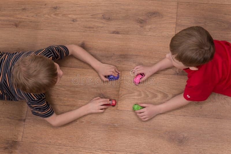 Twee broers die op vloer thuis spelen royalty-vrije stock foto's