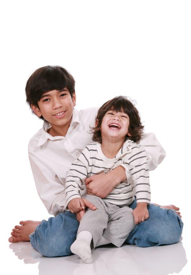 Twee broers die samen lachen stock afbeeldingen