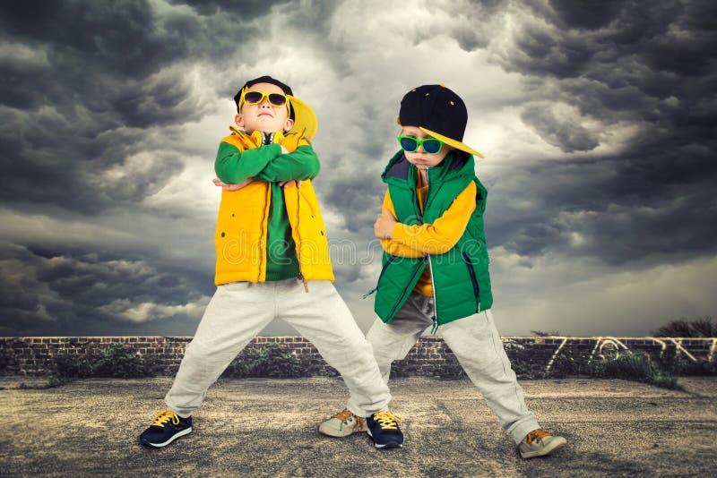 Twee broers het dansen onderbrekingsdans Hiphopstijl De Koele Jonge geitjes Kinderen` s manier stock foto