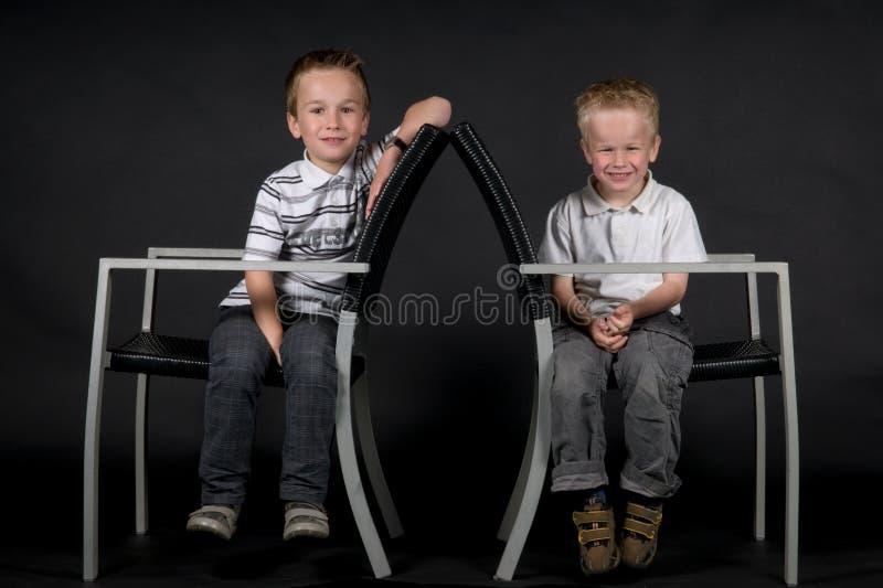 Download Twee Broers op een Stoel stock afbeelding. Afbeelding bestaande uit kinderjaren - 10776279