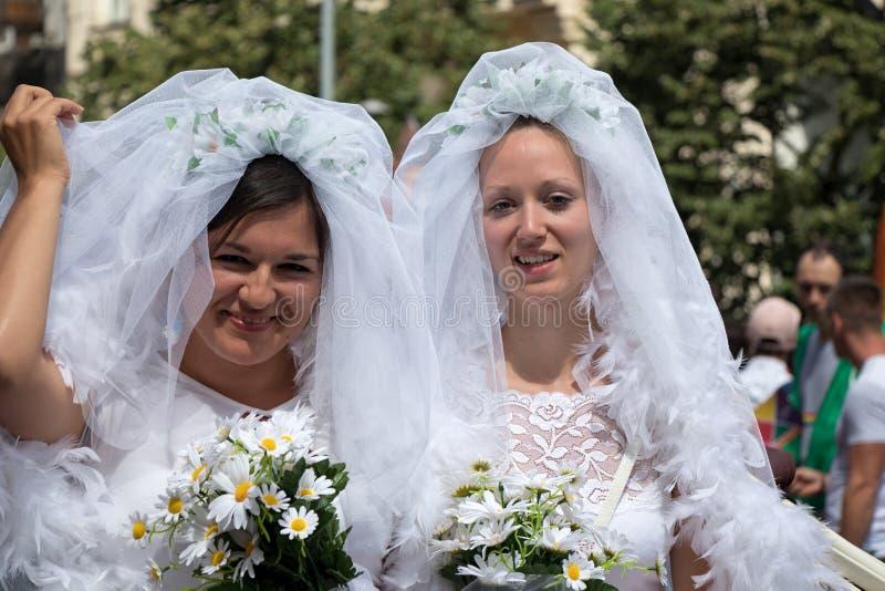 Twee bruiden die aan de Trots van Praag deelnemen - groot vrolijk & lesbisch p royalty-vrije stock afbeelding