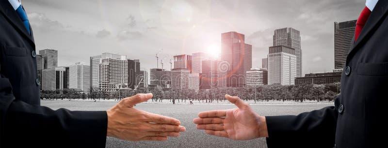 Twee businessmans die overeenkomst maken royalty-vrije stock afbeeldingen
