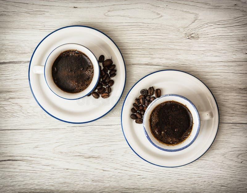 Twee ceramische koppen van koffie op de houten achtergrond stock fotografie