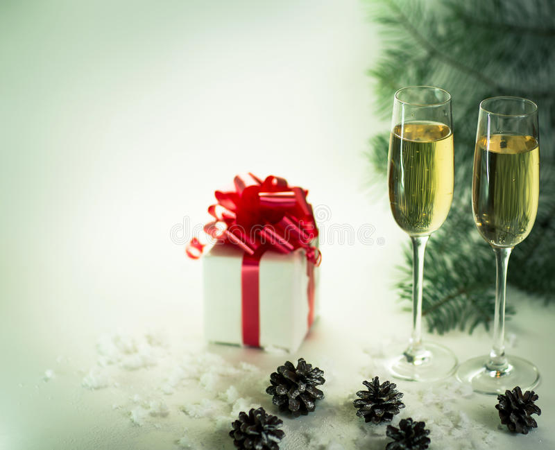 Twee champagneglazen klaar om in het Nieuwjaar te brengen stock fotografie
