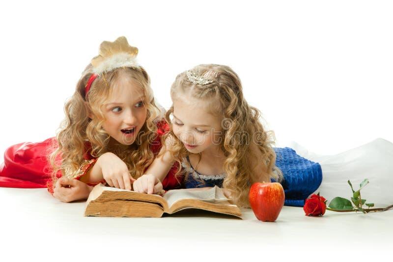 Twee charmante Kleine Prinsessen die het Magische Boek lezen royalty-vrije stock afbeelding