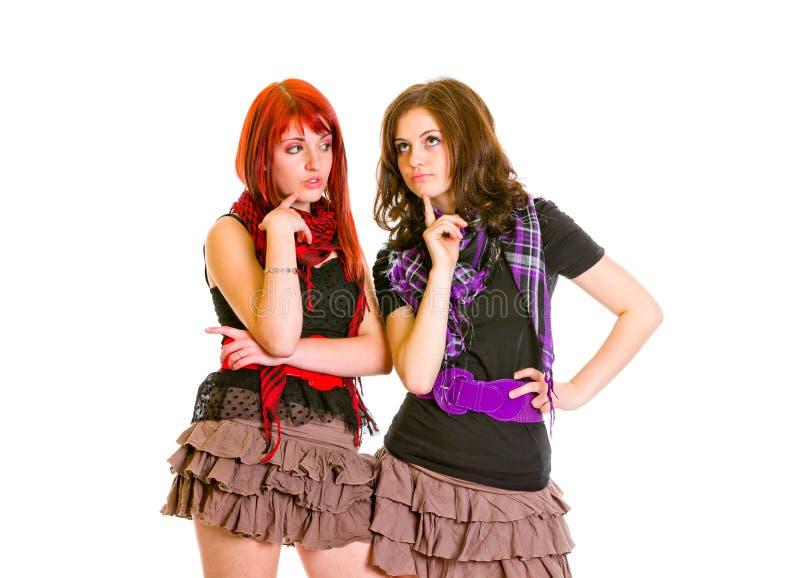 Twee charmante meisjes die over problemen denken stock foto