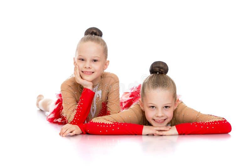 Twee charmante meisjes mooie turners in sporten royalty-vrije stock fotografie