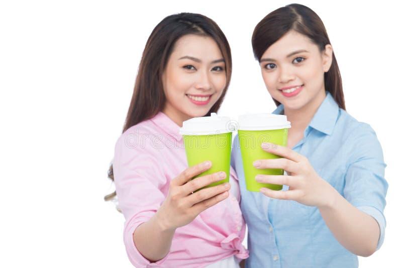 Twee charmante vrouwenvrienden die van koffie genieten stock fotografie