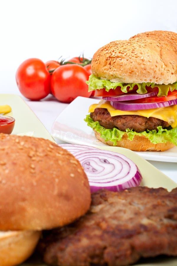 Twee cheeseburgers met ingrediënten royalty-vrije stock afbeeldingen
