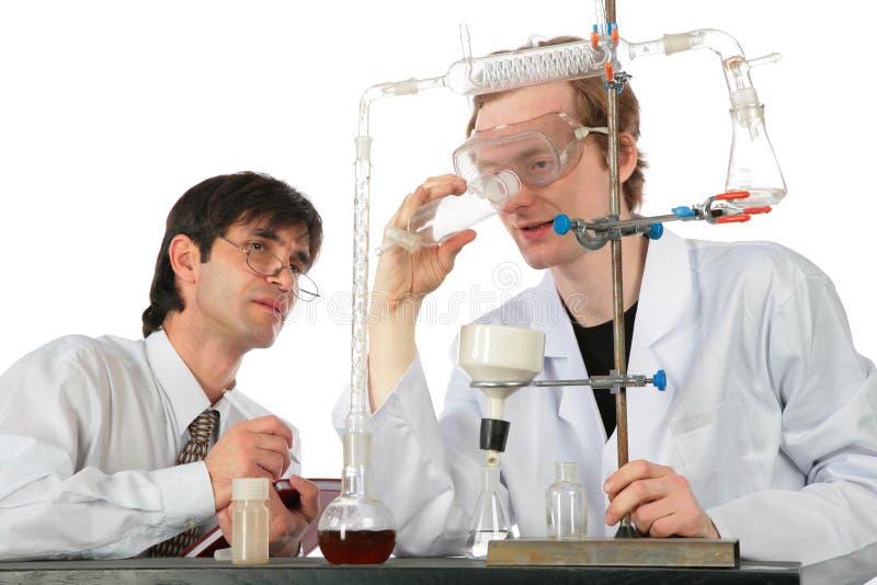Twee chemici met chemische apparatuur stock fotografie