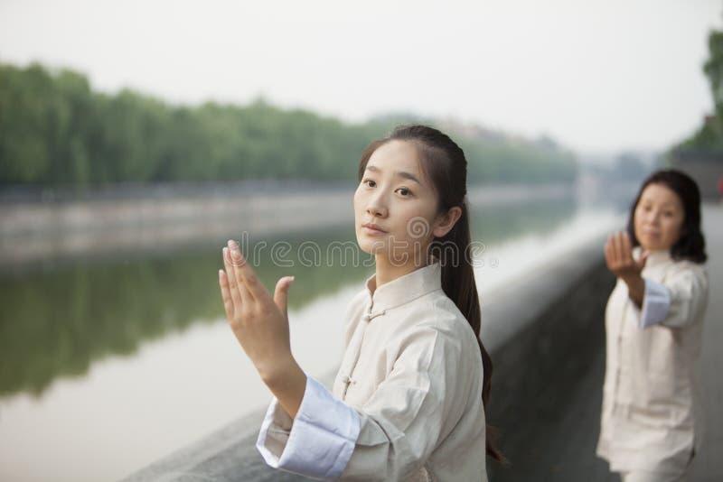 Twee Chinese Vrouwen die Tai Ji uitoefenen royalty-vrije stock fotografie