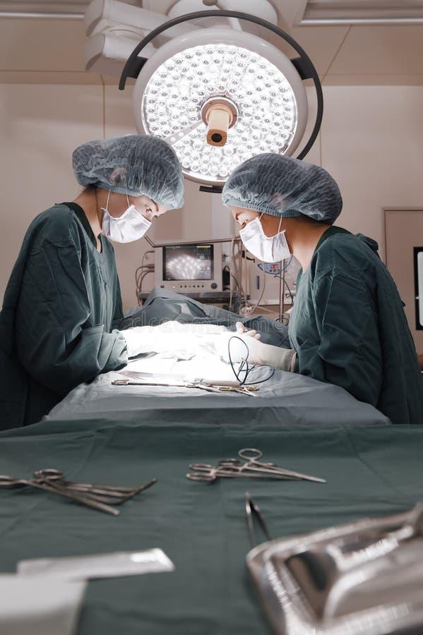 Twee chirurgische lampen in verrichtingsruimte royalty-vrije stock foto's